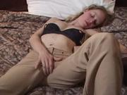 Сняв трусики молодая красотка в домашнем видео дрочит киску крупным планом