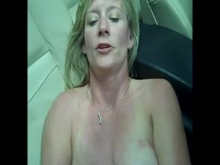 Чувственная зрелая блондинка раздвинула ноги для домашней мастурбации киски