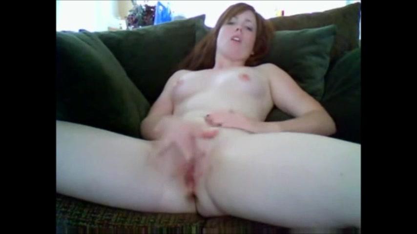 Девушка в любительском видео лёжа на диване мастурбирует мокрую киску