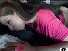 Пассажирка с большими сиськами в видео от первого лица строчит любительский минет