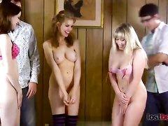 Групповое любительское видео со шлепками по упругим попам фигуристых кокеток