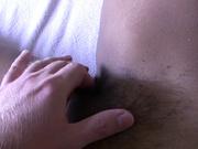 Шлюха с волосатой киской и клиент в домашнем видео заняты взаимной мастурбацией