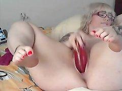 Толстая блондинка на вебкамеру замутила любительскую мастурбацию с секс игрушкой