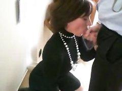 Любительская глубокая глотка зрелой француженки с окончанием на лицо
