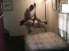 Мужик делает куни и трахает зрелую любовницу на специальных качелях и в постели