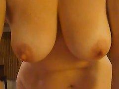 Зрелая блондинка разбавляет домашнюю мастурбацию члена нежным минетом