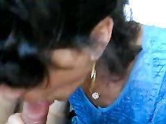 Любительский отсос члена от первого лица исполнен красивой зрелой брюнеткой