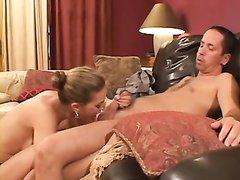 Грудастая бизнес леди в домашней обстановке сосёт член и долбится на кожаном диване