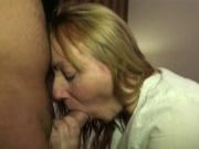 Пышная зрелая блондинка в домашней анальной сцене с молодым хахалем кончившим в рот
