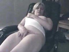 Подглядывание за домашней мастурбацией зрелой блондинки с мокрой щелью