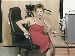 Зрелая домохозяйка сняла блестящие трусики для мастурбации крупным планом
