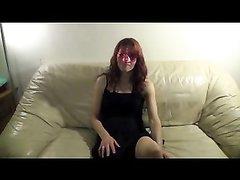 Рыжая модель в маске перед анальным проникновением строчит любительский минет