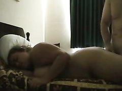 В постели любовник натягивает на член пышную развратницу с большими сиськами