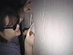 Зрелая толстуха через дырку в стене строчит домашний минет незнакомцу