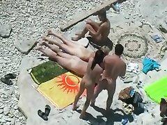 Любительская запись с нудистского пляжа с двумя зрелыми дамами и спутником