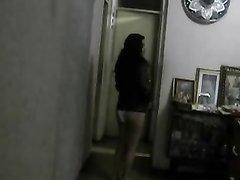 Подглядывание по любительской скрытой камере за девушкой примеряющей нижнее бельё