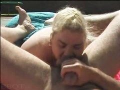 Толстая блондинка во дворе отдалась поклоннику и сделала любительский минет