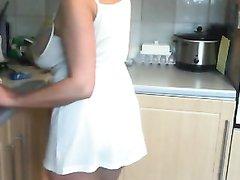 Зрелая домохозяйка с большими сиськами на кухне раздвинув ноги курит сигарету
