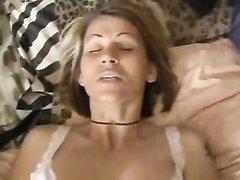 Татуированный парень на кровати кончил внутрь в киску зрелой домохозяйки