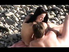 Подглядывание за любительским сексом супружеской пары на каменистом пляже