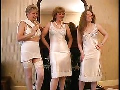 Фигурные зрелые домохозяйки втроём позируют в нижнем белье и белых чулочках