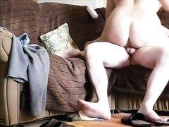Перед скрытой камерой зрелая домохозяйка запрыгнула член и двигается