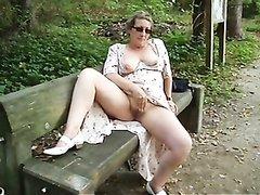 Зрелая немка в парке на скамейке увлеклась любительской мастурбацией