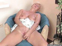 Зрелая блондинка сняла белые трусики для домашней мастурбации киски вибратором