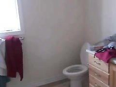 Любительское подглядывание за толстой азиаткой купающейся голой в ванной