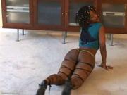 Фигуристая и гибкая негритянка с большой попой замутила домашнее шоу с танцем