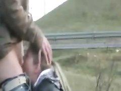 Французская блондинка на улице строчит любительский минет с окончанием в рот