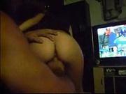 Чувак снял на камеру домашнюю мастурбацию возбуждённой жены перед телевизором