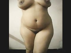 Фигуристая толстуха перед домашней вебкамерой раздевшись позирует обнажённой