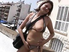 На пляже зрелая француженка быстро нашла любовника для интима с минетом