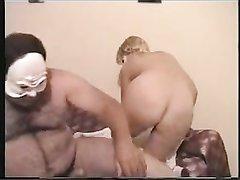 Зрелая блондинка в маске в анальной сцене сосёт член на коленях и в 69 позе