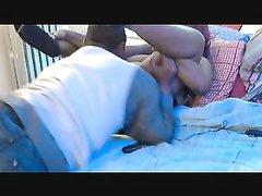 Толстая негритянка в любительском видео дрочит шоколадную щель для сквиртинга
