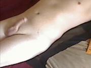 Любительская скрытая камера снимает оригинальную мастурбацию члена трусами