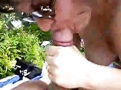 Любительское видео от первого лица со зрелой женщиной сосущей молодой член