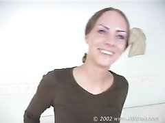 Студентка с маленькими сиськами на любительском порно кастинге дрочит киску