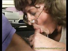 Зрелая немка в чулках сделав домашний минет трахается в киску крупным планом