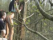 Чувак сделав любительский римминг трахает стройную брюнетку в лесных зарослях