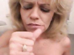 Грудастая зрелая блондинка исполнила домашний минет с окончанием на лицо