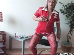 Зрелая медсестра в чулках сняла трусики для домашней мастурбации крупным планом