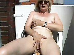 Подглядывание за зрелой домохозяйкой мастурбирующей волосатую киску