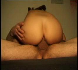 Шлюха с круглой попой перед домашней скрытой камерой ловко скачет на члене