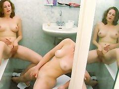 Подглядывание по скрытой камере за домашней мастурбацией лесбиянок в ванной