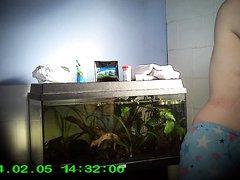 Подглядывание по скрытой камере за раздеванием зрелой и грудастой домохозяйки