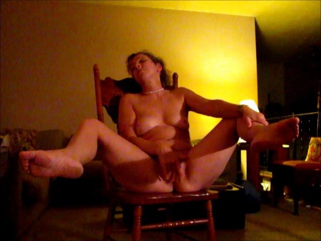 Зрелая развратница для любительской мастурбации сидя на стуле раздвинула ноги