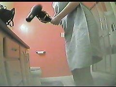 Подглядывание по скрытой камере за фигурной домохозяйкой вышедшей из душа