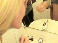 Гламурная блондинка в любительской сцене сосёт член напарника от первого лица